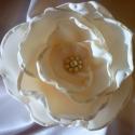 Selyem virág kitűző (vanília sárga), Ékszer, óra, Bross, kitűző, Gyöngyfűzés, Varrás, Madártej imádóknak: vanília sárga színű, több rétegű kb.8,5 cm átmérőjű, gyöngyökkel díszített, sel..., Meska