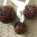 Kávégömb , Otthon, lakberendezés, Dekoráció, Dísz, Mindenmás, Virágkötés, Hungarocell gömböcskét csokibarnára alapoztam és teleragasztgattam kávészemekkel. Lehet karácsonyfa..., Meska