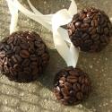 Kávé-függő :) , Dekoráció, Mindenmás, Virágkötés, Kávéfüggő a kávéfüggőknek :)  Három különböző méretű kávégömböc együtt. Lakk nélküli, úgyhogy illat..., Meska