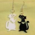 Fekete-fehér macskák fülbevaló, Ékszer, óra, Fülbevaló, Ékszerkészítés, Újrahasznosított alapanyagból készült termékek, Fekete és fehér plexiből készült cica formák, melyek felidézik a gyerekkorunkat.  3,5 cm magasak, p..., Meska