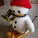 Síelő hóember, Dekoráció, Karácsonyi, adventi apróságok, Ünnepi dekoráció, Karácsonyi dekoráció, Horgolás, Síelő hóemberke, mely kedves ajándék lehet mind gyerekeknek, mind felnőtteknek.   A sapka, a sál és..., Meska