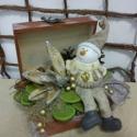 Hóember dobozban, Dekoráció, Otthon, lakberendezés, Dísz, Virágkötés, Barnára festett dobozban egy hóember figura ül boldogan mosolyogva,így üzenve,hogy télen is legyünk..., Meska