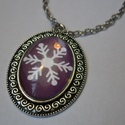 Hópelyhes nyaklánc és gyűrű, Ékszer, óra, Medál, Nyaklánc, Gyűrű, Ékszerkészítés, Ezüst színű, csipkés szélű ovális medál, benne lila alapon nagy fehér hópehely. A medál egy ezüst s..., Meska