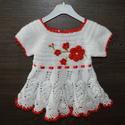 Gyönyörű fehér kislányruha kiegészítőkkel, Ruha, divat, cipő, Gyerekruha, Kisgyerek (1-4 év), Hajbavaló, Horgolás, Igazán gyönyörű fehér kislányruha szett, mely a piros szegéllyel és a piros virágokkal meglehetősen..., Meska