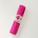 Virágos ceruzatekercs ceruzával, Baba-mama-gyerek, Játék, Gyerekszoba, Készségfejlesztő játék, Varrás, Kívül egyszínű rózsaszín, belül virágos ceruzatartó.  Kinyitva kb. 25×20 cm. Közbéléssel megerősítv..., Meska