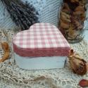 Vintage stílusú szív alakú doboz, Otthon, lakberendezés, Mindenmás, Festett tárgyak, Fehér, antikolt, szív alakú, fa ékszeres doboz. A tetejére fehér-rózsaszín kockás anyagot ragasztott..., Meska