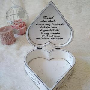Szív alakú fadoboz szülőköszöntő anyukáknak, Esküvő, Szülőköszöntő ajándék, Emlék & Ajándék, Famegmunkálás, Festett tárgyak, Rendelhető szív alakú fa doboz 19*19*7,5 cm méretben. Fehér alapon szürke koptatott. A szöveg lehet..., Meska
