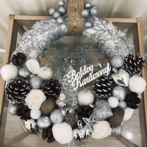 Ezüst jeges elegáns kopogtató, Karácsony & Mikulás, Karácsonyi kopogtató, Virágkötés, Hűvösen elegáns, ezüst-fehér kopogtató keresi ajtaját! Jeges bogyókból, téli termésekből, fehér ala..., Meska