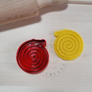 Tűzoltó tömlő - süteménykiszúró forma, sütipecsét. Sütikiszúró. Linzer, mézeskalács, keksz kiszúró, Otthon & Lakás, Konyhafelszerelés, Sütikiszúró, Mindenmás, Mézeskalácssütés, Tűzoltó tömlő forma sütemény kiszúró és minta nyomó.  Saját tervezésű süteménykiszúró forma, mely 3..., Meska