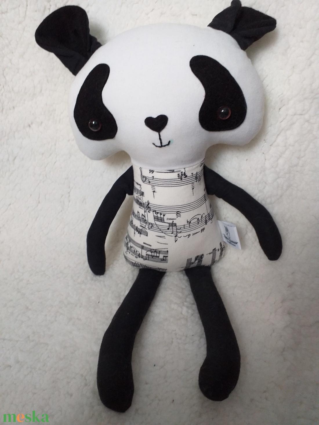 Panda figura hangjegyes ruhában - Meska.hu