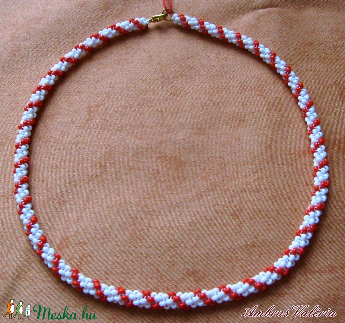 Fehér - Piros fűzött gyöngyhurka nyaklánc (AmbrusValeria) - Meska.hu