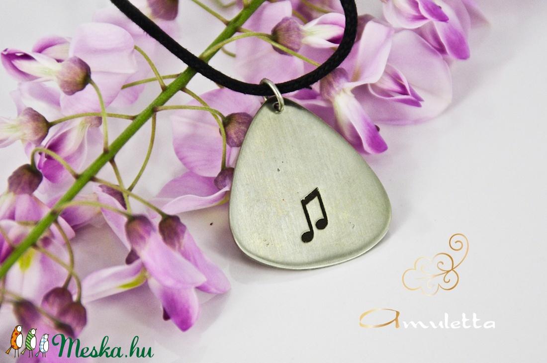 Ajándék zenetanároknak, zenészeknek. Hangjegyes medál zene kedvelőknek, selyemfénnyel (amuletta) - Meska.hu