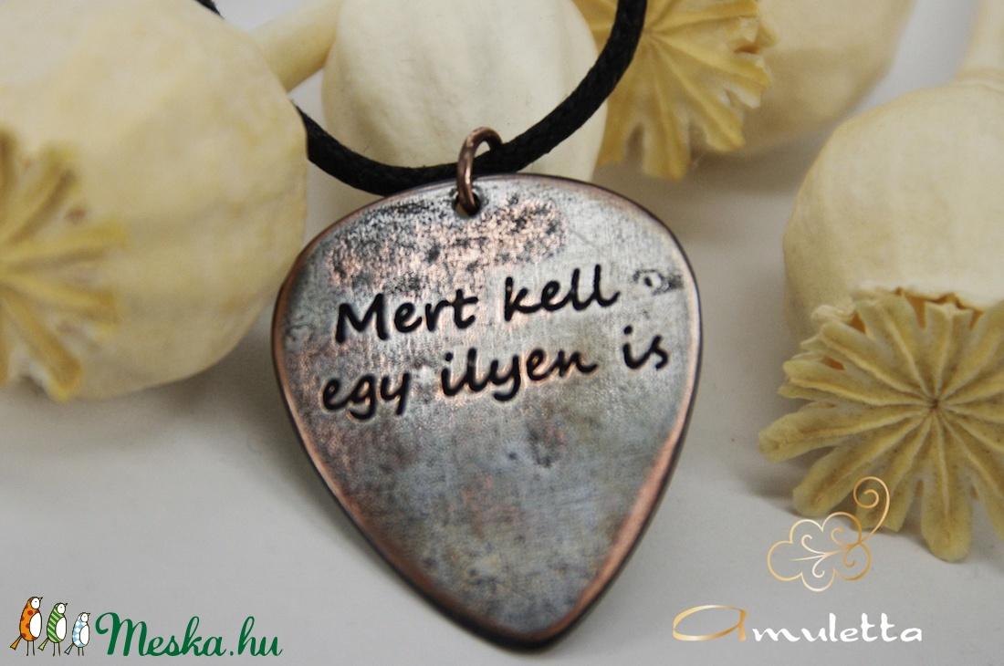Mert kell ilyen is - vörösréz gitárpengető medál (amuletta) - Meska.hu