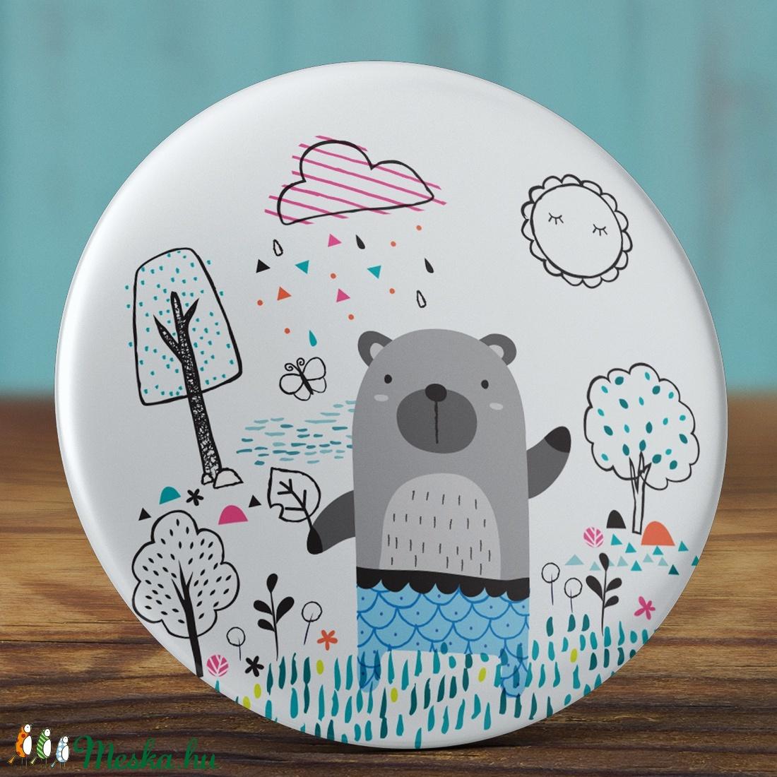Szürke maci mágnes - medve mágnes- esős mágnes - állat hűtőmágnes - ruhás maci mágnes - ajándék - fiú maci - fa - eső  (AngelPin) - Meska.hu