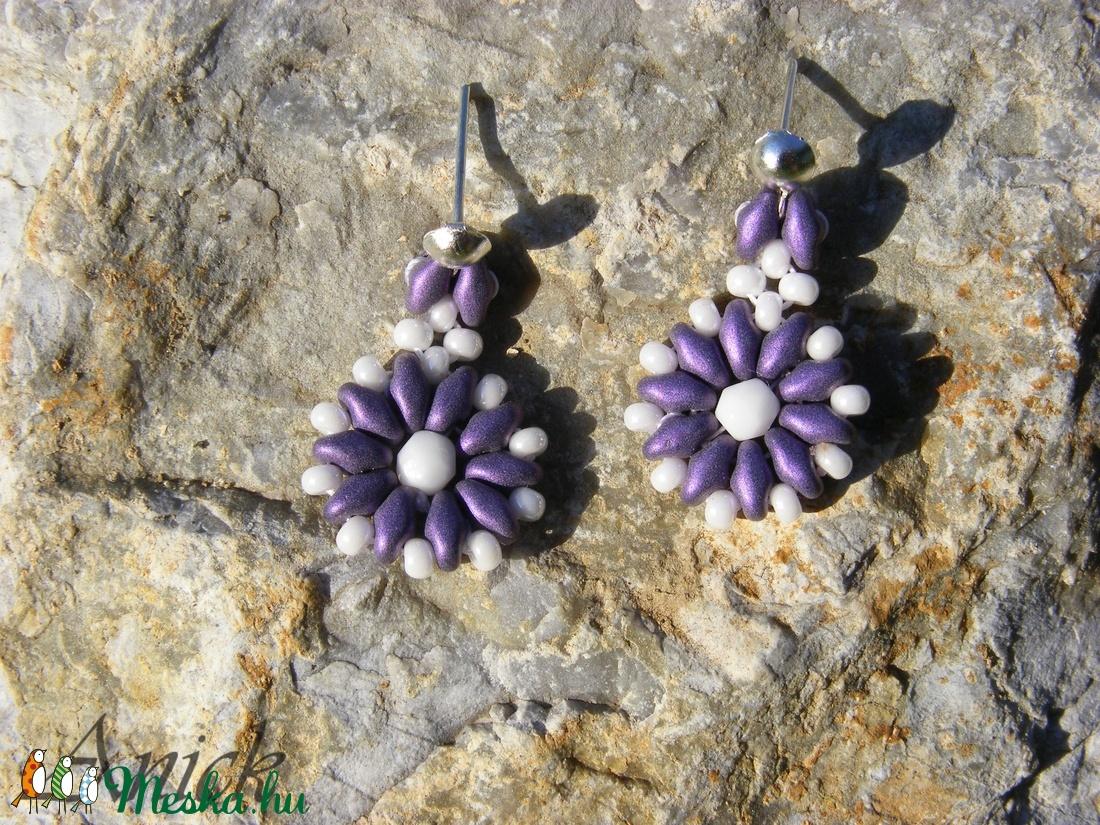 Kisvirág 2 - lila- fehér gyöngy fülbevaló - ékszer - fülbevaló - lógó fülbevaló - Meska.hu