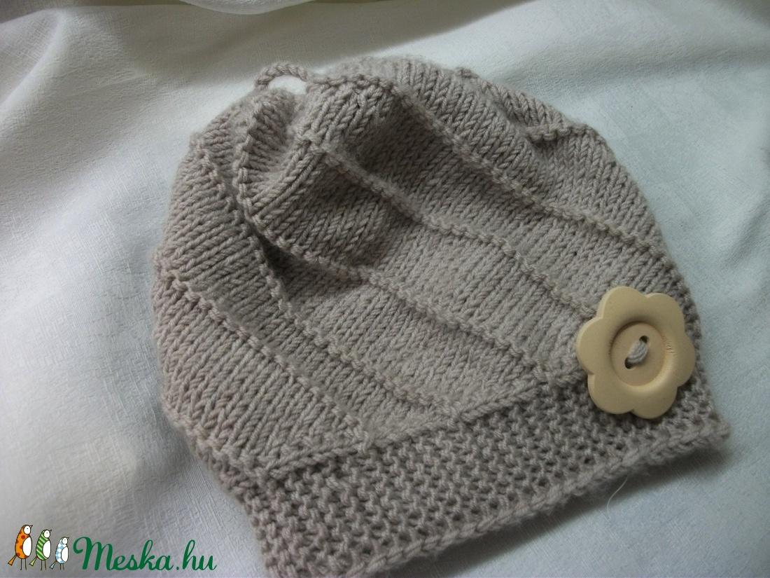 Bézs, tiszta gyapjú, kötött bébi sapka, kicsi lánynak - ruha & divat - babaruha & gyerekruha - babasapka - Meska.hu