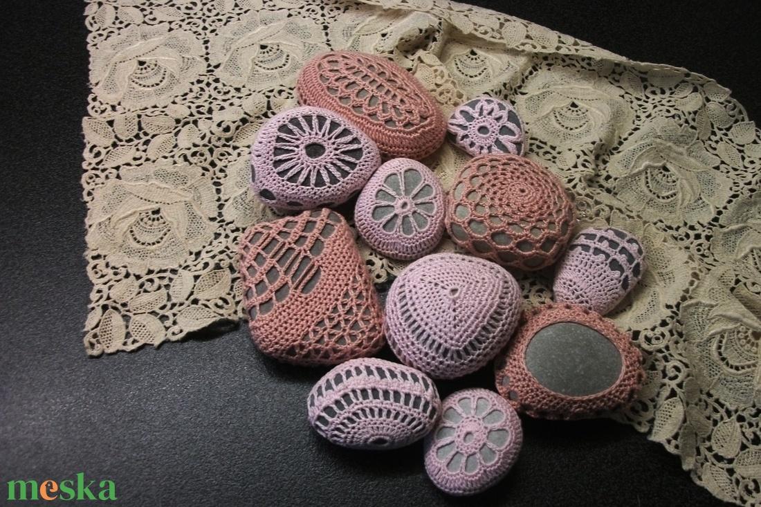 Csipkés kavicsok, kavics horgolt ruhában - otthon & lakás - dekoráció - kavics & kő - Meska.hu