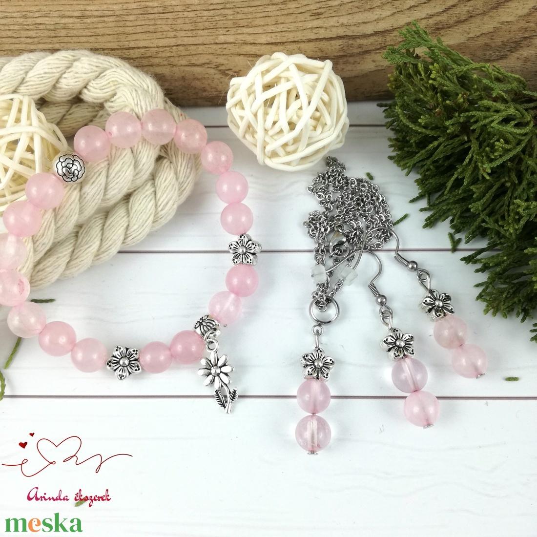 Rózsakvarc virágos romantikus ásvány karkötő - ékszer - karkötő - bogyós karkötő - Meska.hu