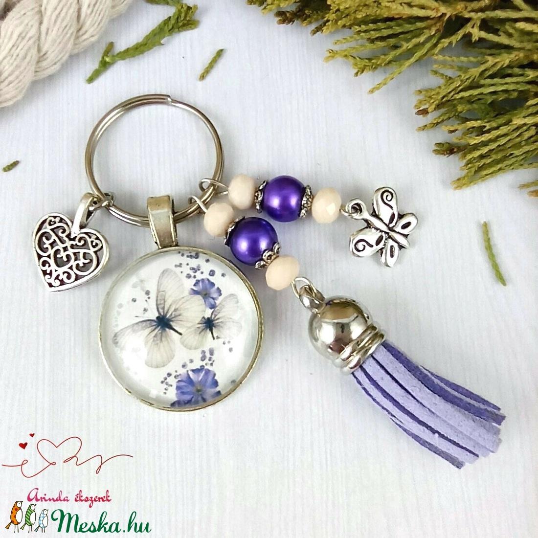 Pillangók lila bojtos üveglencsés kulcstartó táskadísz bojtos nyár mikulás karácsony szülinap névnap ajándék  - táska & tok - kulcstartó & táskadísz - táskadísz - Meska.hu