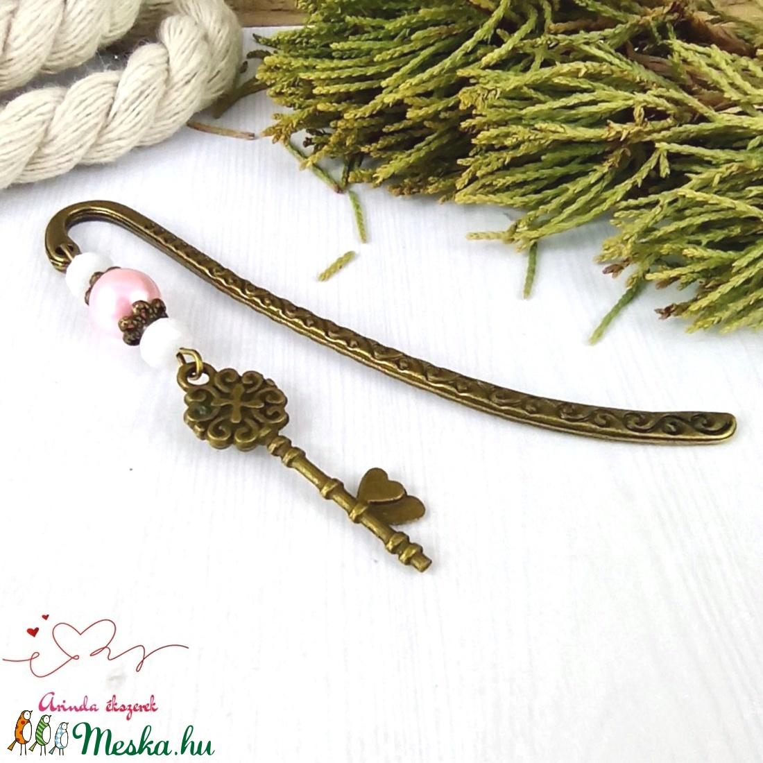 Kulcs könyvjelző rózsaszín-fehér gyöngyökkel anyák napja ballagás évzáró pedagógus karácsony szülinap névnap  - otthon & lakás - papír írószer - könyvjelző - Meska.hu