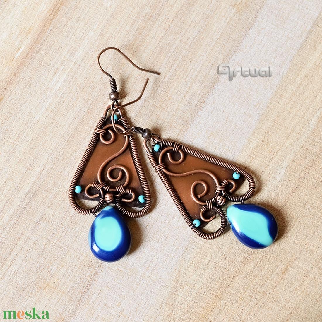 Kék és türkiz gyöngyökkel díszített vörösréz boho fülbevaló - ékszer - fülbevaló - lógó fülbevaló - Meska.hu