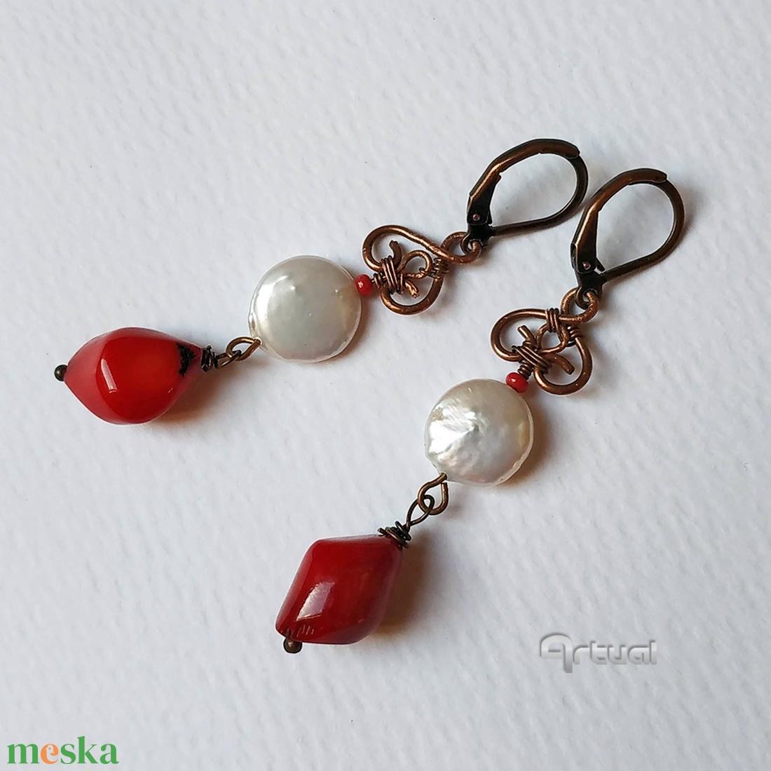 Egyedi vörösréz drót ékszer szett tenyésztett gyöngyökkel és korallal - ékszer - ékszerszett - Meska.hu