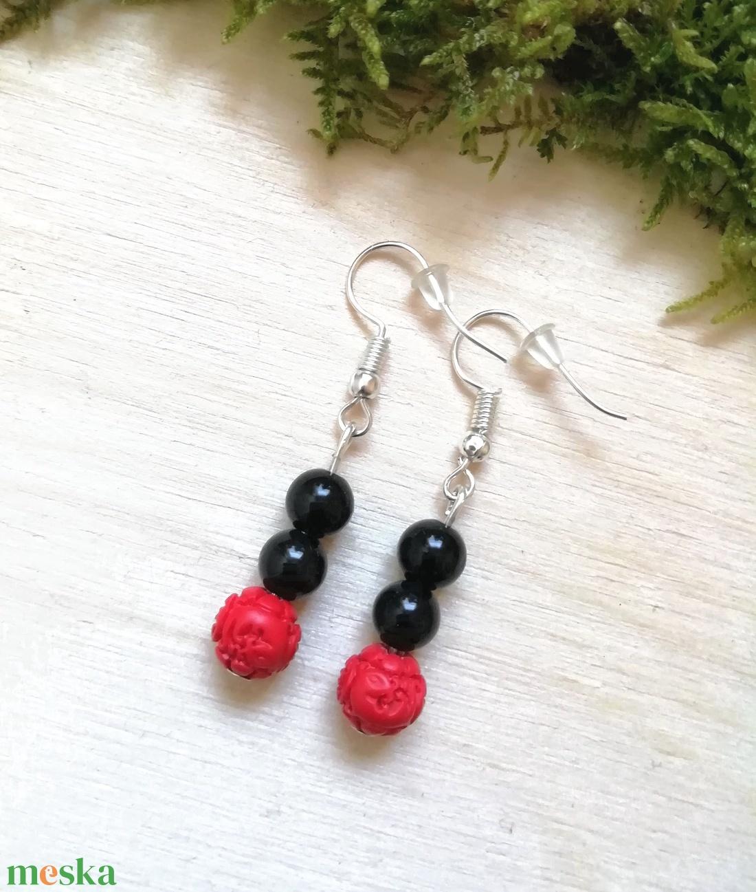 Fekete-piros ásvány fülbevaló ónix és cinóber gyöngyökből, féldrágakő ásványfülbevaló - ékszer - fülbevaló - lógó fülbevaló - Meska.hu