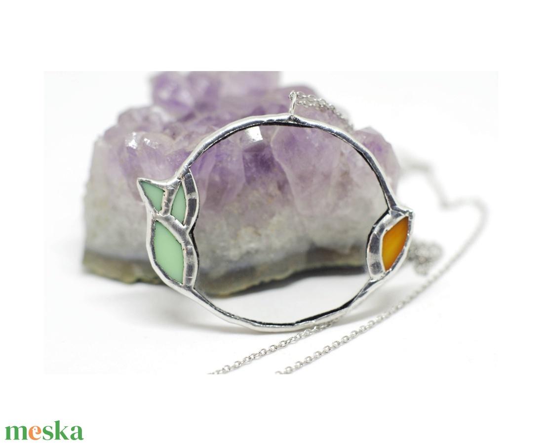 Egyedi üveg nyaklánc, növényi motívumokkal körbefogva, kör formával, páfrány és virág formákkal, ezüsttel - ékszer - nyaklánc - medálos nyaklánc - Meska.hu