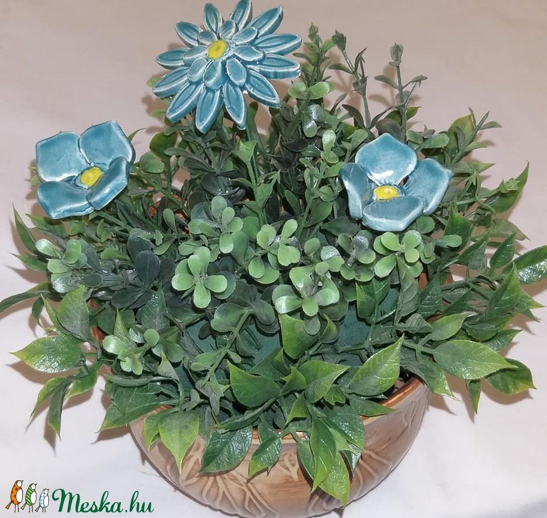 Kék virágos asztali dísz ,barna kerámia kaspóban  (bajuker) - Meska.hu