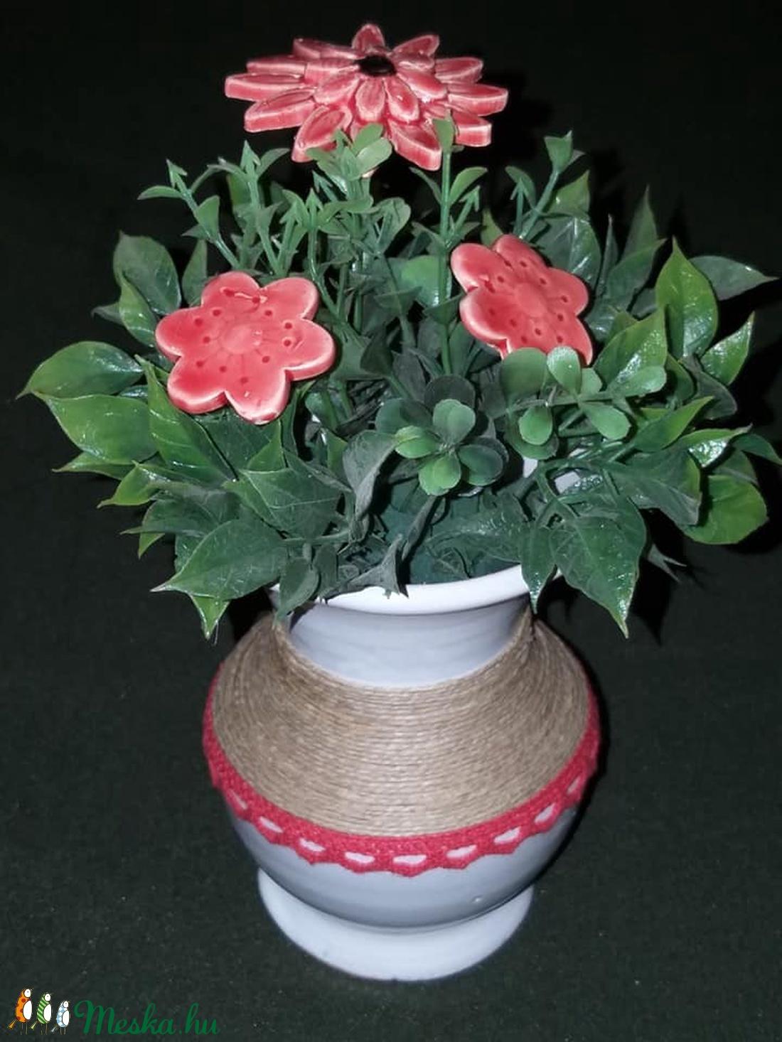 Piros virágos asztali dísz fehér kerámia vázában  (bajuker) - Meska.hu