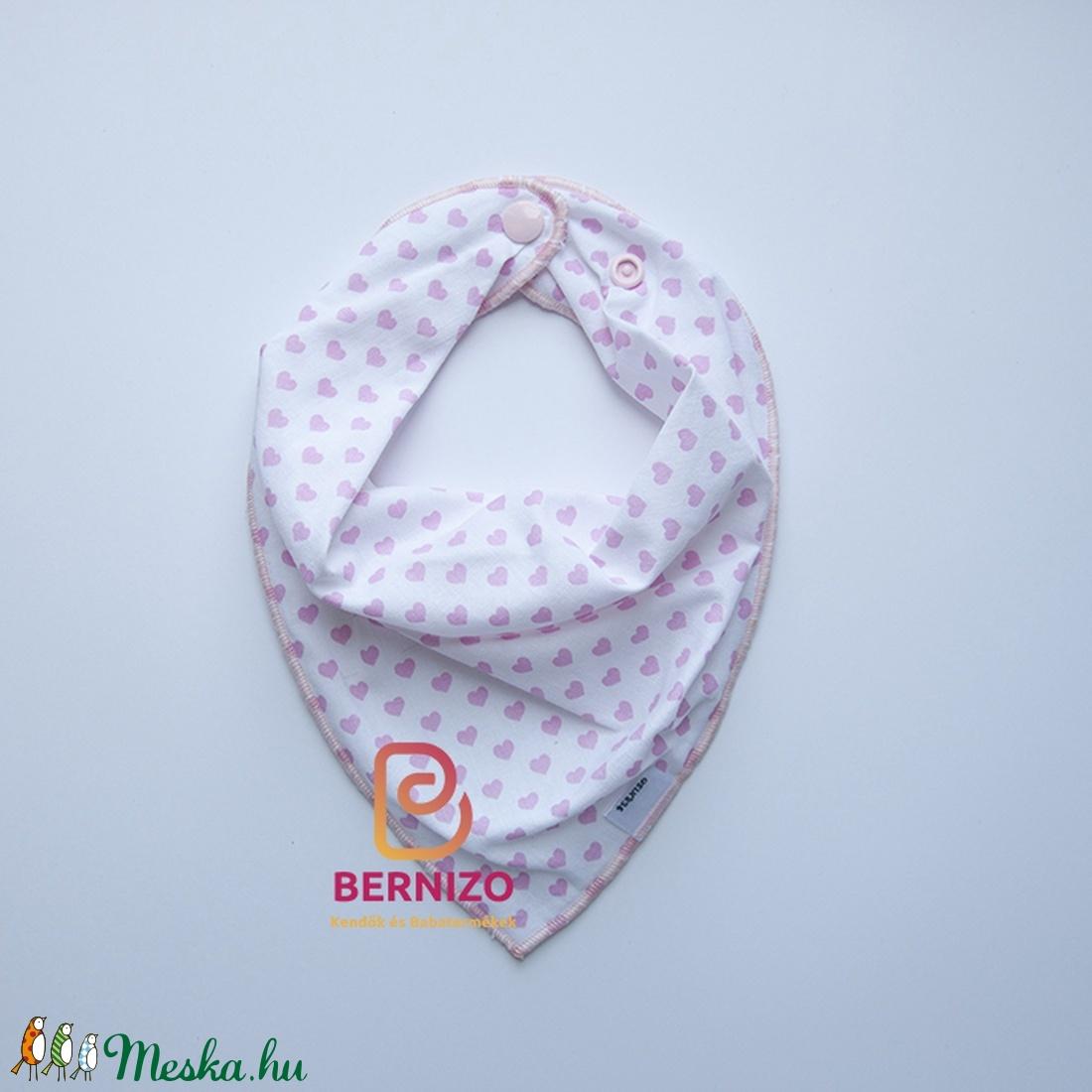 Fehér alapon rózsaszín szíves nyálkendő/babakendő (Bernizo) - Meska.hu