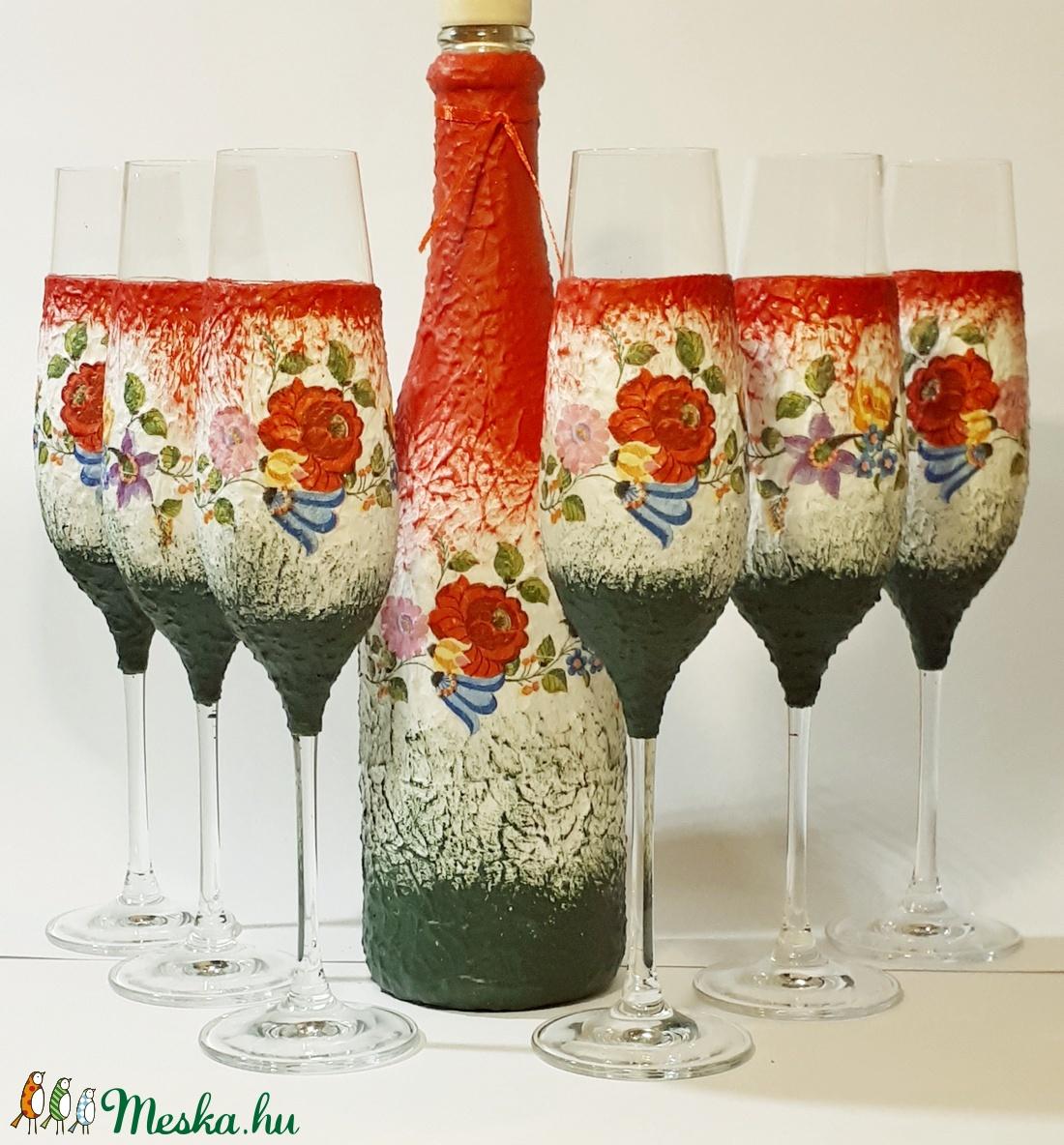 Kalocsai mintás, magyaros italos üveg pezsgős poharakkal esküvőre, eljegyzésre, nászajándékba, évfordulóra, házavatóra. (Biborvarazs) - Meska.hu
