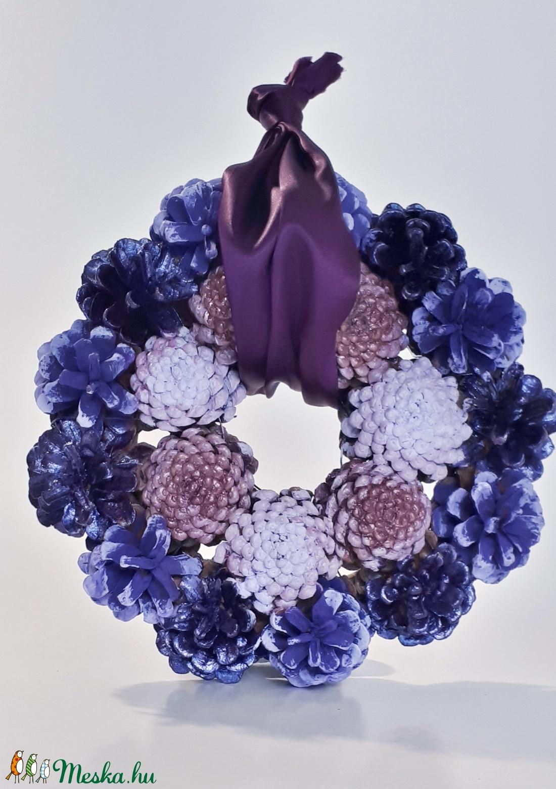 Nálunk a tavasz lilában kopogtatőszi-tavaszi lila fenyő tobozos ajtódísz, kopogtató, falidísz, koszorú lila kedvelőknek (Biborvarazs) - Meska.hu