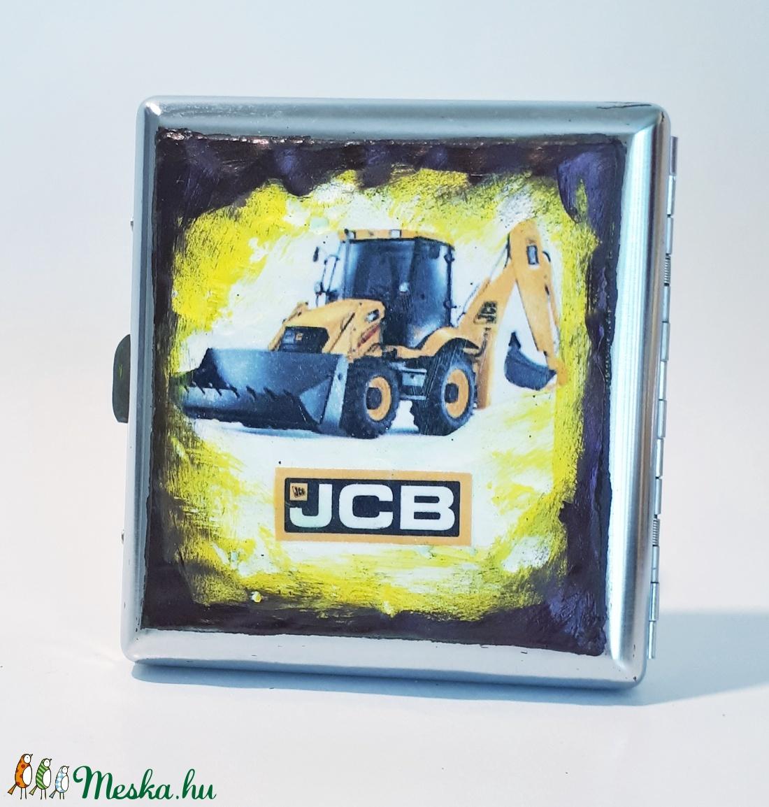 JCB traktor sötétben fluoreszkáló fém cigaretta tárca, cigi tartó rajongói ajándék férfiaknak, férjeknek, barátoknak. (Biborvarazs) - Meska.hu