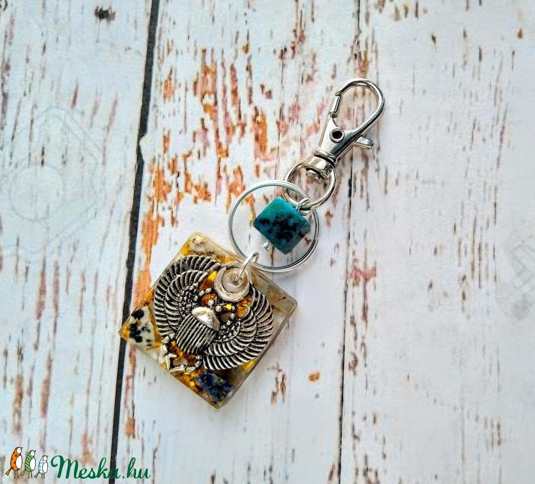 Orgonit Szent Skarabeusz lapis lazuli, dalmata jáspis, akvamarin ásvány és gyanta kulcstartó (blueklarion) - Meska.hu