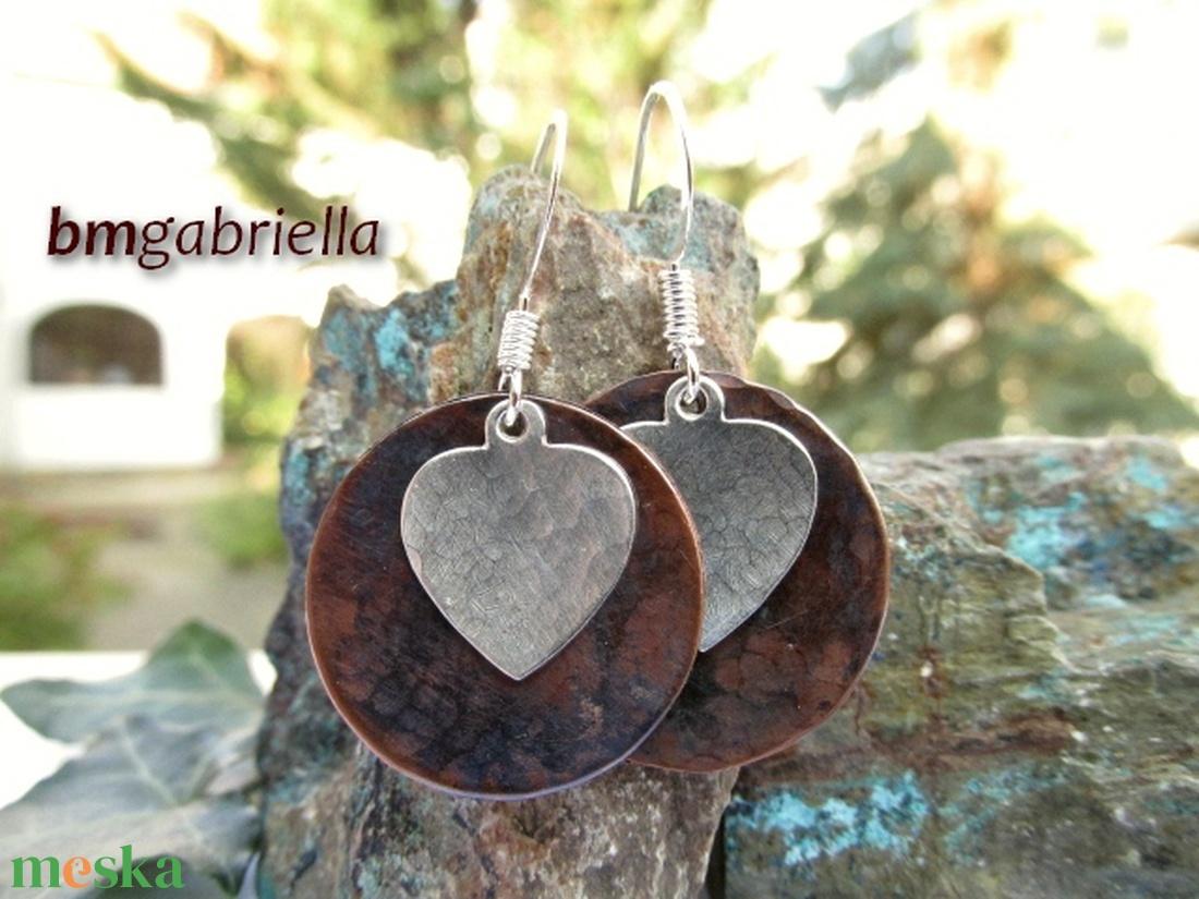 Szív - ezüstözött és vörösréz fülbevaló - egyedi tervezésű kézműves ékszer - ékszer - fülbevaló - lógós kerek fülbevaló - Meska.hu