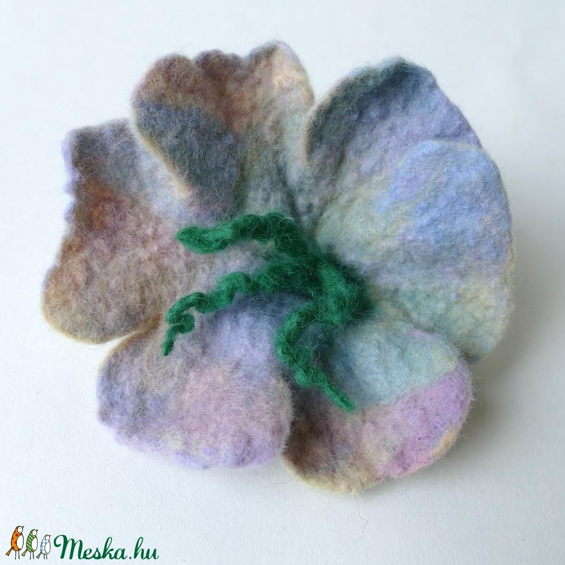 Tündéres - nemezelt virág, kitűző, hajdísz - ruha & divat - hajdísz & hajcsat - hajdísz - Meska.hu