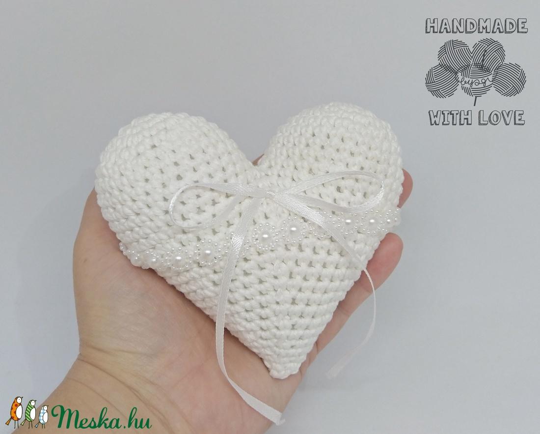 Horgolt szív alakú gyűrűtartó párna - esküvő - kiegészítők - gyűrűtartó & gyűrűpárna - Meska.hu