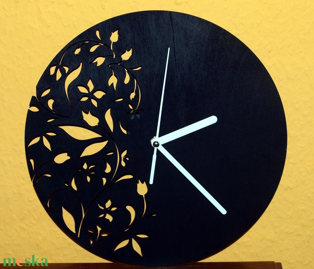 Szép virágmintás fából készült fekete színű falióra  (Cerving) - Meska.hu