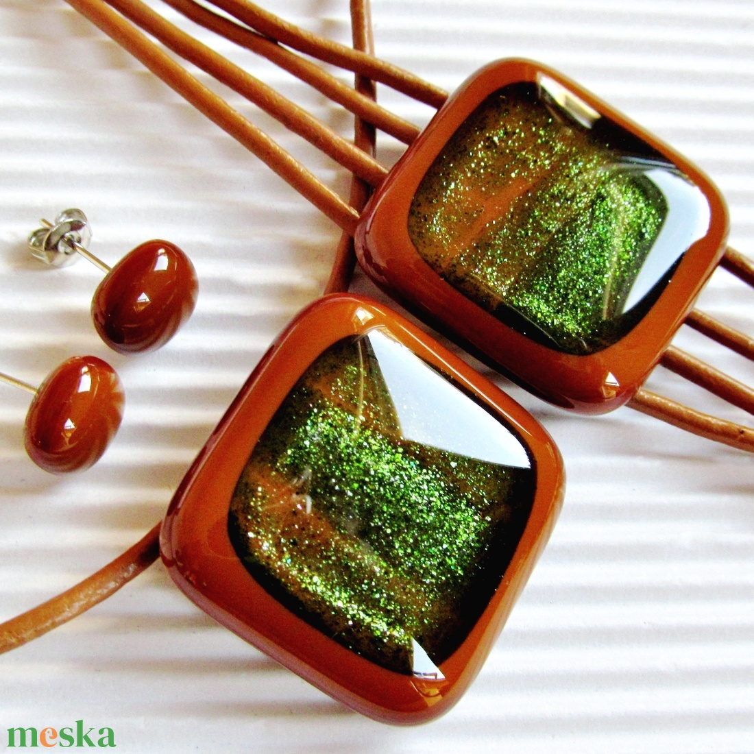 Arany-zöld csillám karamellben üveg medál és fülbevaló NEMESACÉL üvegékszer szett - ékszer - ékszerszett - Meska.hu