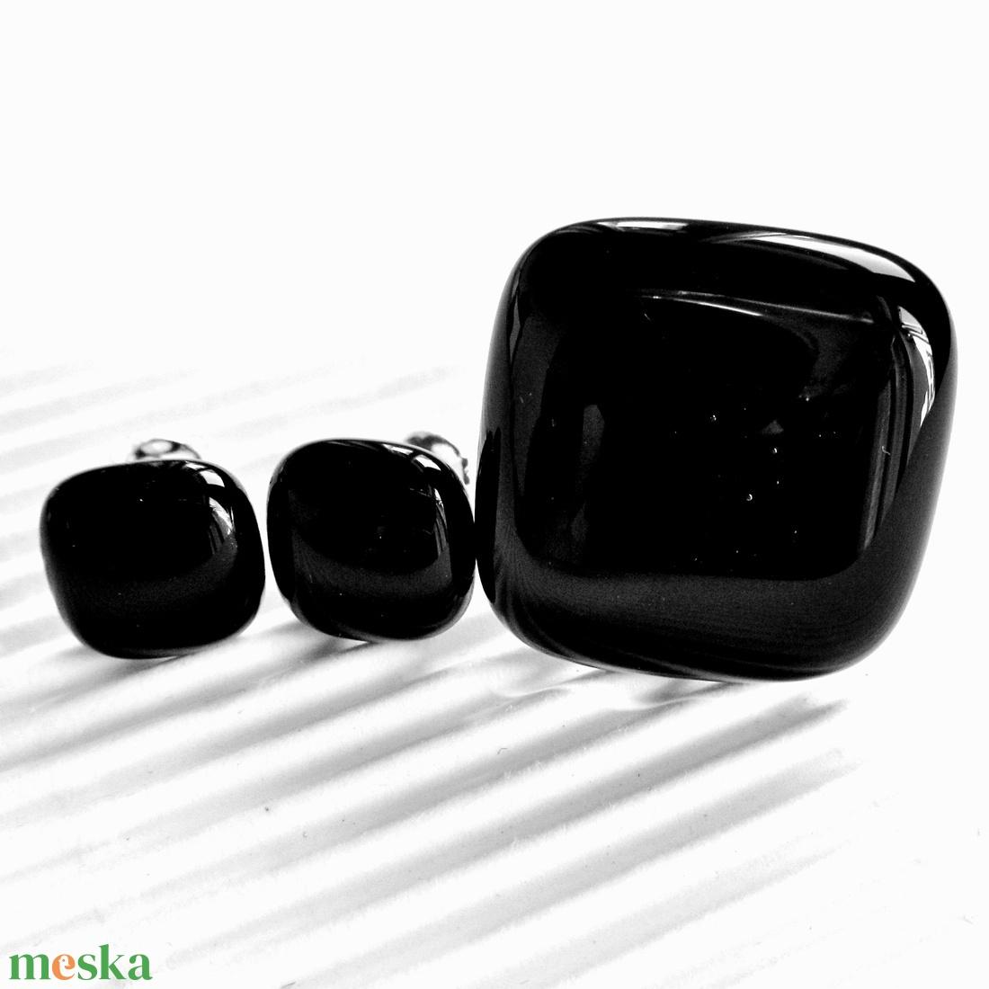 Éjfekete kocka üveg gyűrű és fülbevaló orvosi fém alapon , üvegékszer szett - ékszer - ékszerszett - Meska.hu