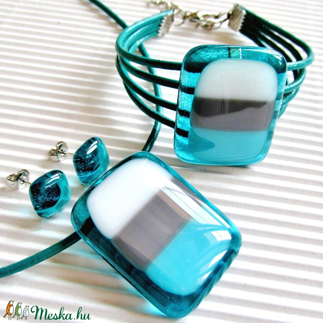 Hullámzó tenger üveg medál, bőr-üveg karkötő és fülbevaló orvosi fém bedugón, üvegékszer szett - ékszer - ékszerszett - Meska.hu