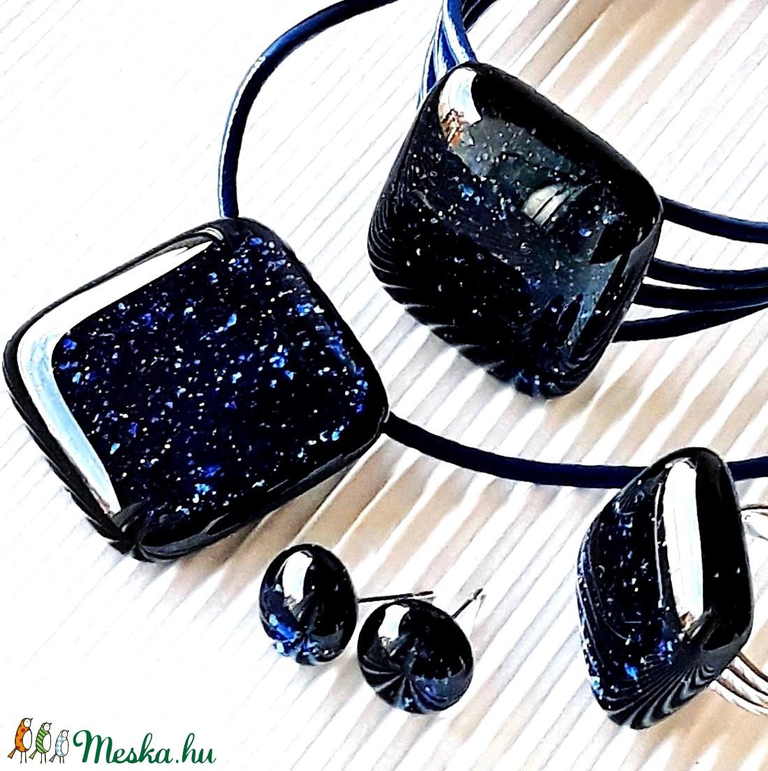 Csillagfényes éjszaka sötétkék üveg medál, karkötő, gyűrű és fülbevaló orvosi fém bedugón, üvegékszer szett - ékszer - ékszerszett - Meska.hu
