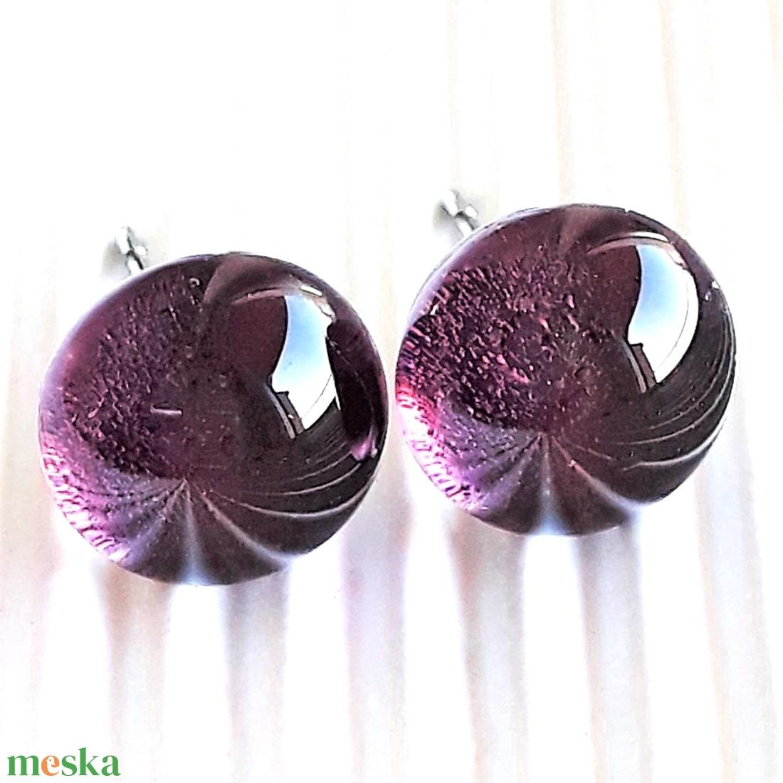 Sejtelmes bíbor lila pötty üveg fülbevaló orvosi fém alapon , üvegékszer - ékszer - fülbevaló - pötty fülbevaló - Meska.hu