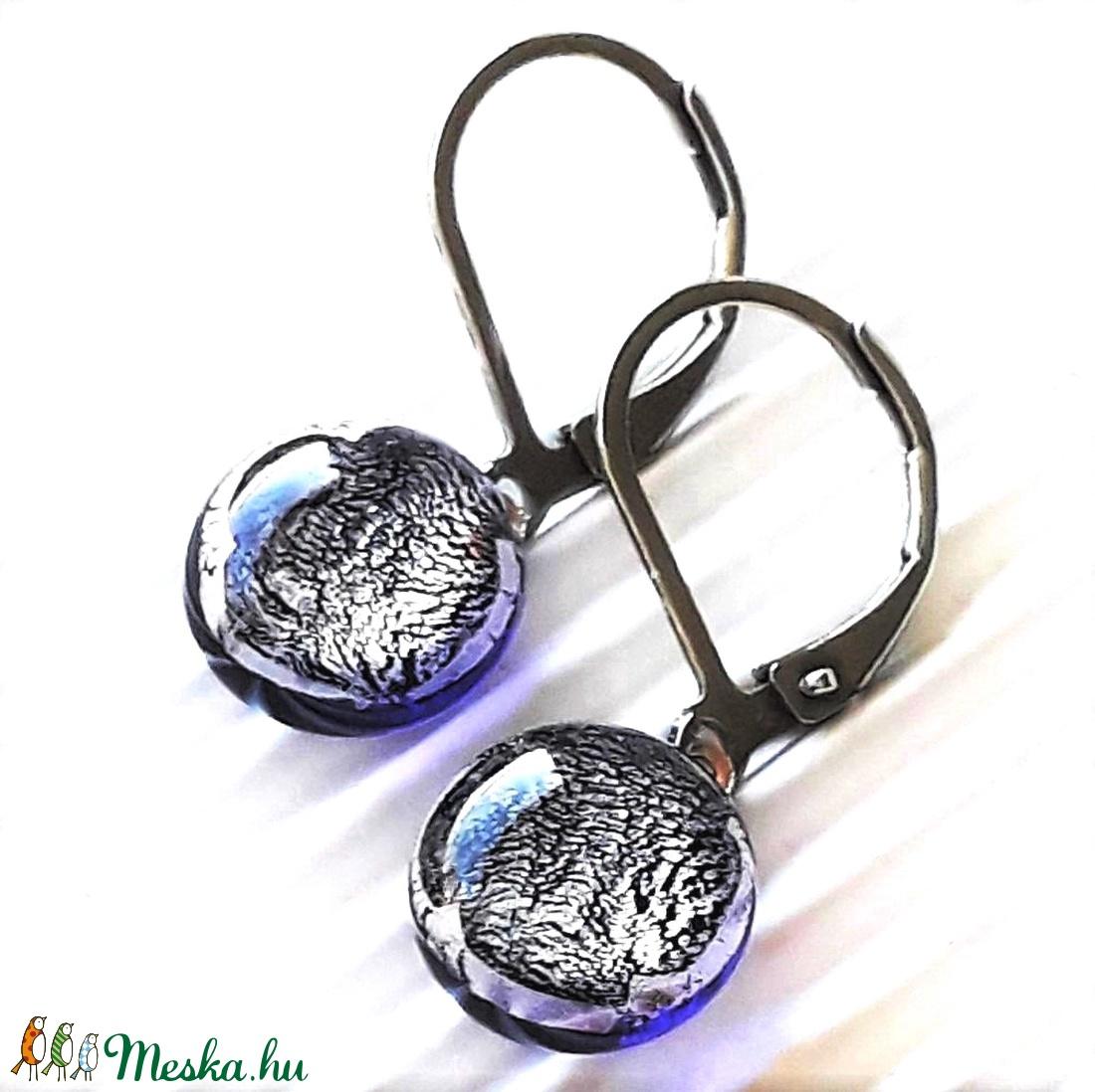 Ezüstös viola dichroic üveg fülbevaló orvosi fém francia kapcsos alapon, üvegékszer - ékszer - fülbevaló - lógós kerek fülbevaló - Meska.hu