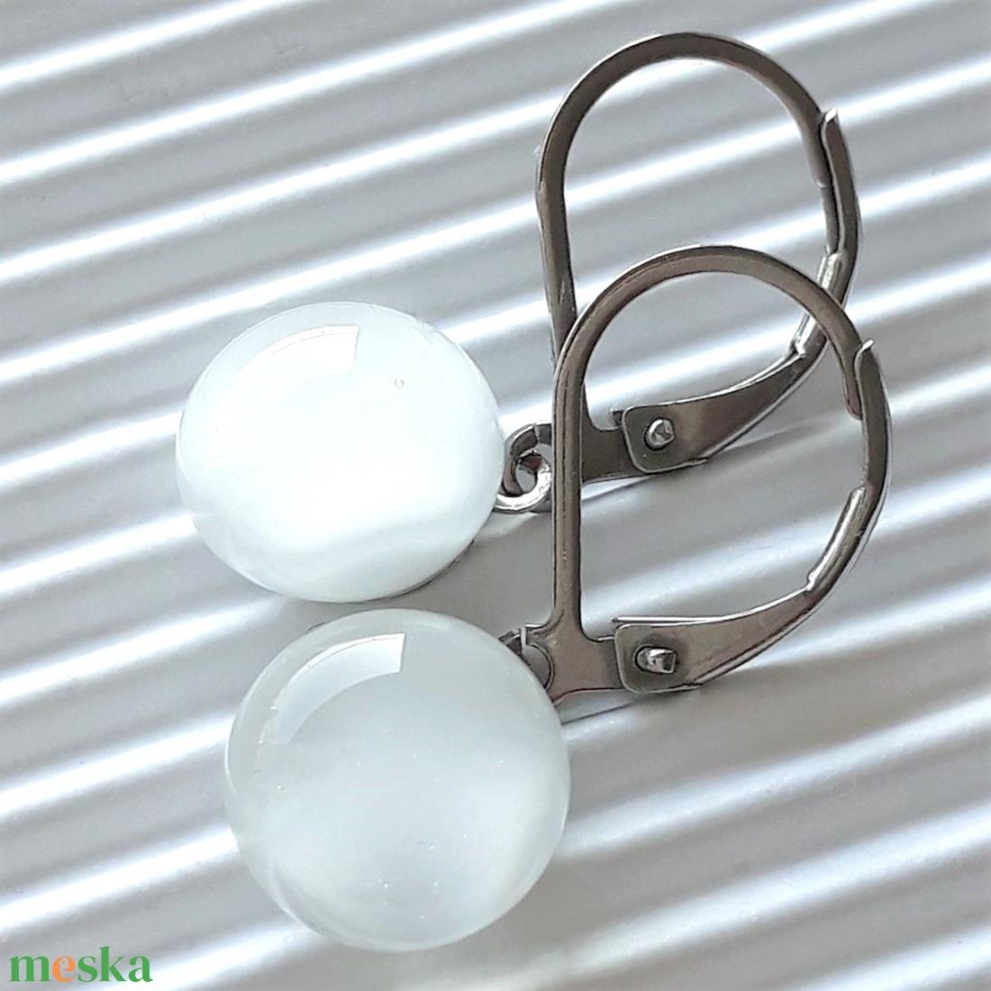 Selymes fehér pötty üveg fülbevaló design, hosszű, orvosi fém akasztón, üvegékszer - ékszer - fülbevaló - lógós kerek fülbevaló - Meska.hu