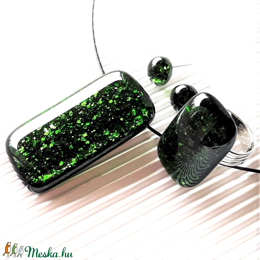 Szikrázó mohaszőnyeg elegáns maxi üveg medál, gyűrű és fülbevaló franciakapcsos, orvosi fém akasztón, üvegékszer szett - ékszer - ékszerszett - Meska.hu