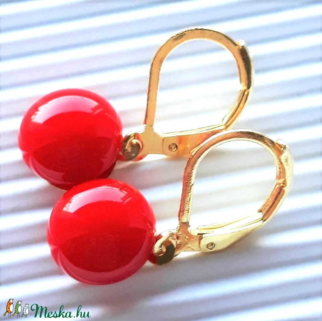 Piros kerek üveg fülbevaló arany színű franciakapcsos akasztón, üvegékszer, minimal ékszer - ékszer - fülbevaló - lógós kerek fülbevaló - Meska.hu