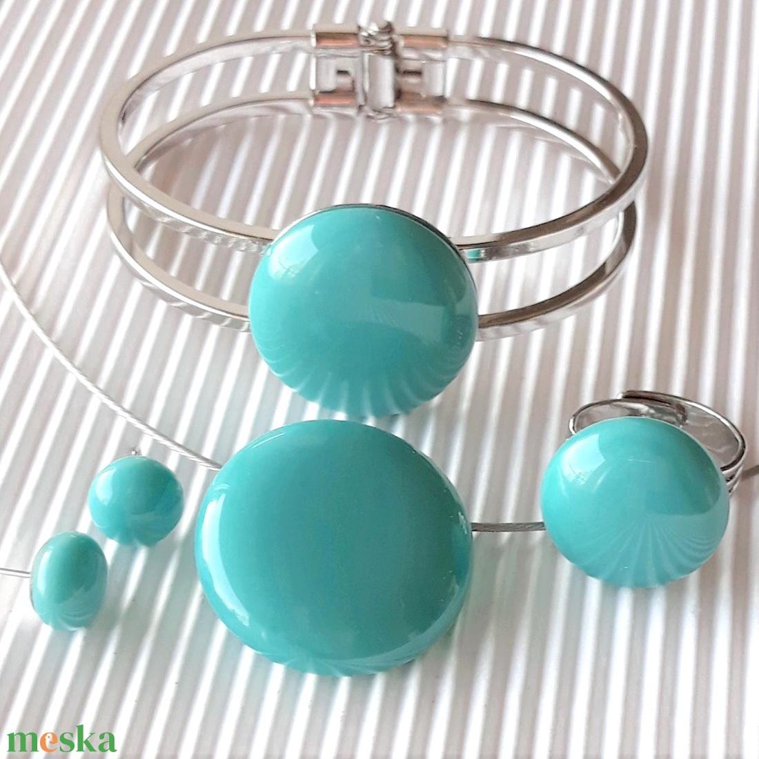 Akvamarin kerek gyűrű és franciakapcsos fülbevaló orvosi fém akasztón, üvegékszer szett - ékszer - ékszerszett - Meska.hu