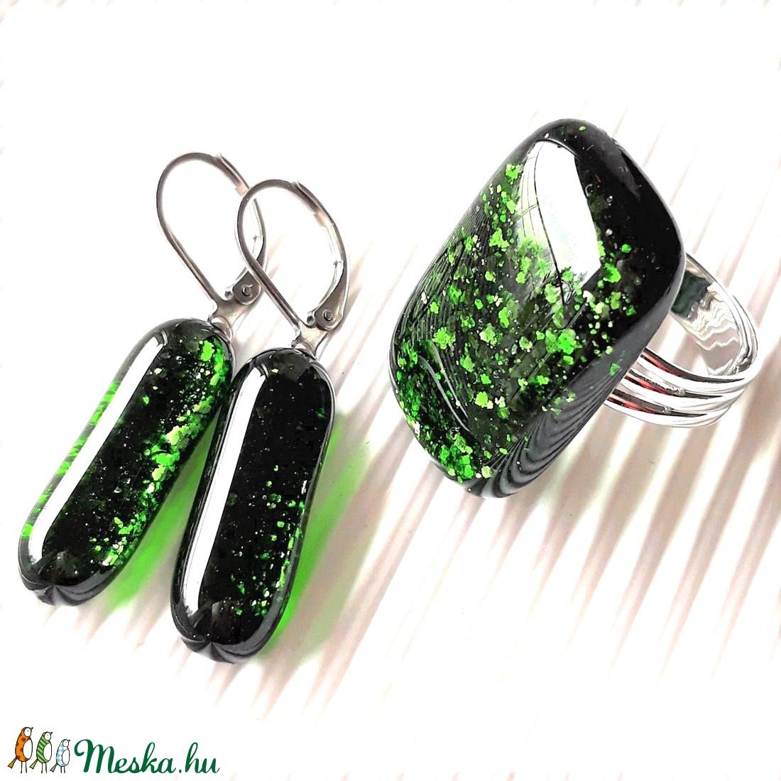 Szikrázó mohaszőnyeg elegáns üveg gyűrű és fülbevaló franciakapcsos, orvosi fém akasztón, üvegékszer szett - ékszer - ékszerszett - Meska.hu